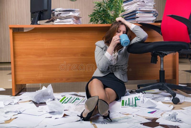 Download 在运作在办公室的重音下的女实业家 库存照片. 图片 包括有 繁忙, 截止日期, 文书工作, 滑稽, 咖啡 - 72358104