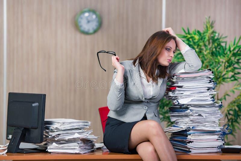 Download 在运作在办公室的重音下的女实业家 库存照片. 图片 包括有 执行委员, 办公室, 女性, 红色, 勤勉, 生意人 - 72358124