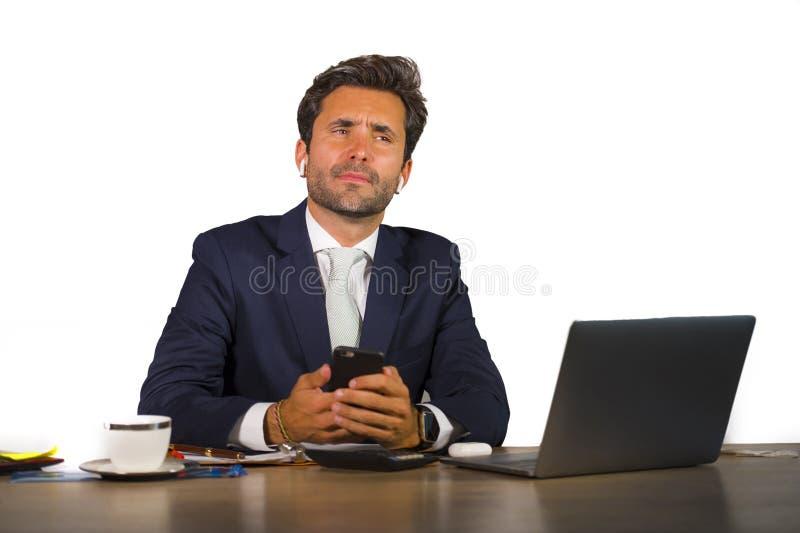 在运作在白色背景的公司公司办公计算机书桌的衣服的年轻可爱和确信的商人 免版税库存照片