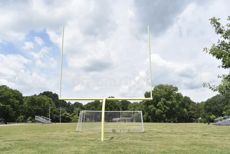 在运动场的橄榄球球门柱 库存图片