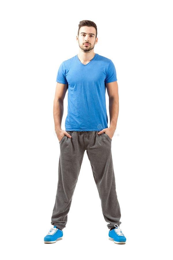 在运动服的年轻骄傲的确信的适合男性 免版税库存照片