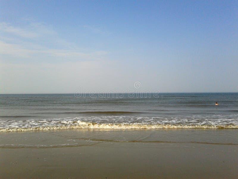 在运动的水和小的波浪的看法在北海海岛juist德国的一天空蔚蓝下 免版税库存照片