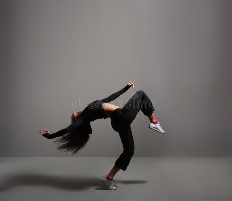 女友跳舞被人干_在运动的衣裳的年轻人和适应深色的妇女跳舞.
