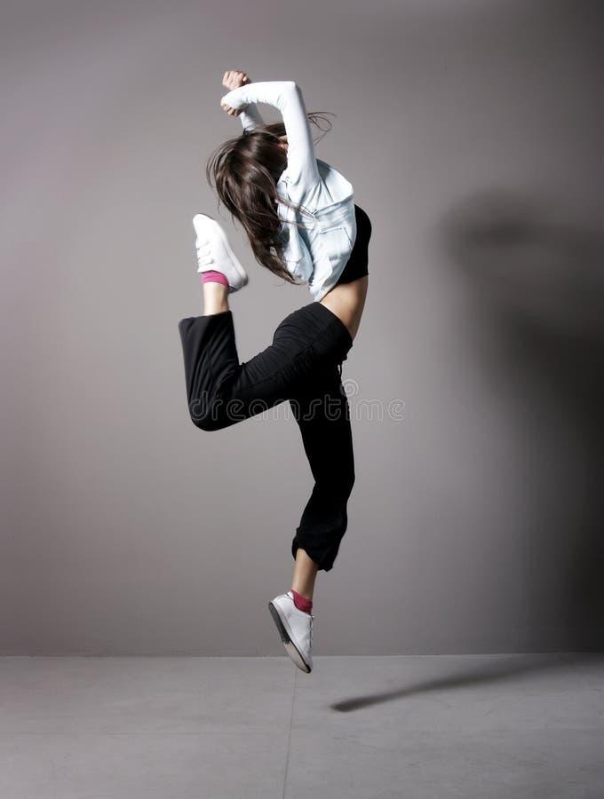 在运动的衣裳的新深色的妇女跳舞 免版税库存图片