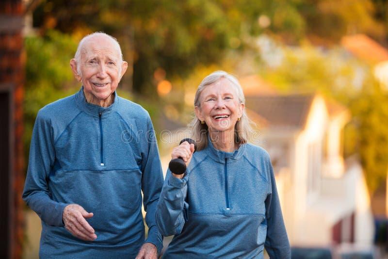 在运动穿戴的愉快的资深夫妇 免版税库存图片