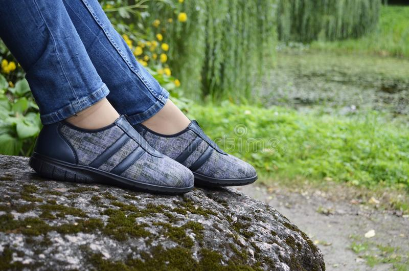 在运动鞋的妇女脚 库存图片
