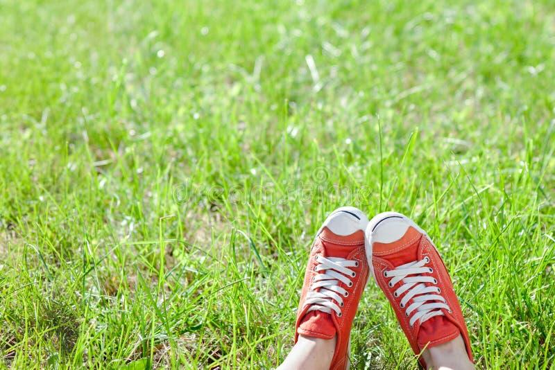 在运动鞋的脚 免版税库存图片
