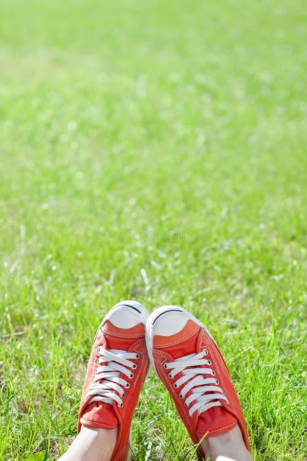 在运动鞋的脚 免版税图库摄影