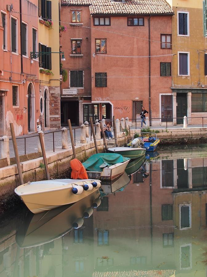 在运河停泊的小现代小船,威尼斯 免版税库存照片