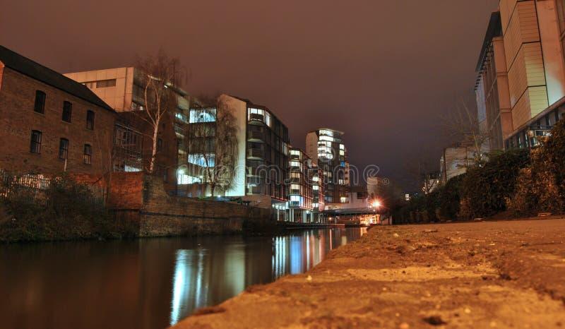 在运河和城市风景的看法或者都市风景在晚上,光亮的光水反射,特伦特街道,诺丁汉,英国 免版税图库摄影