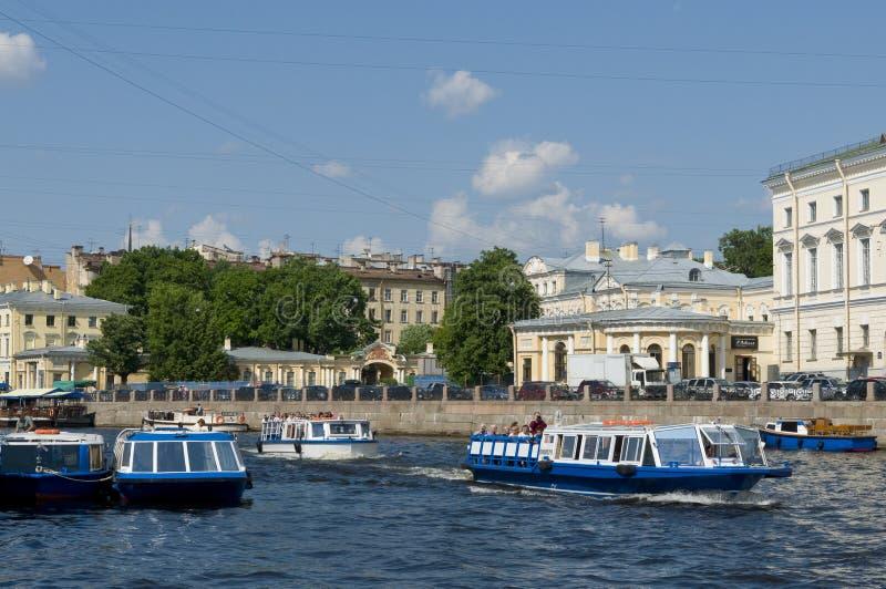 在运河圣彼德堡的观光的小船