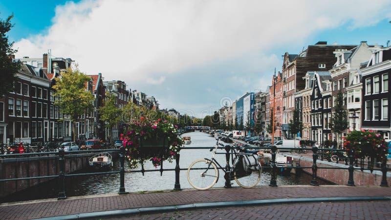 在运河桥梁的自行车在阿姆斯特丹 免版税库存图片