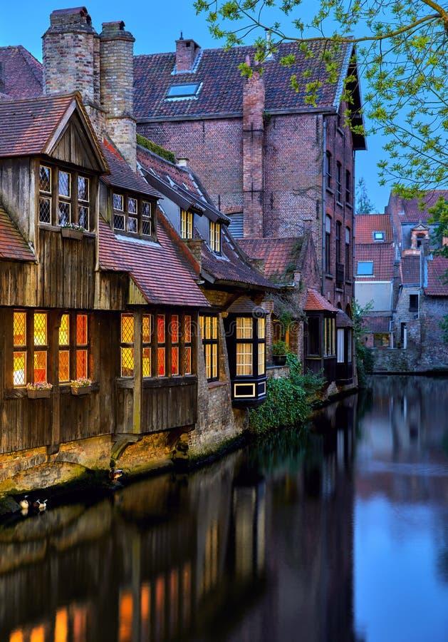 在运河的中世纪房子在布鲁日比利时 库存图片