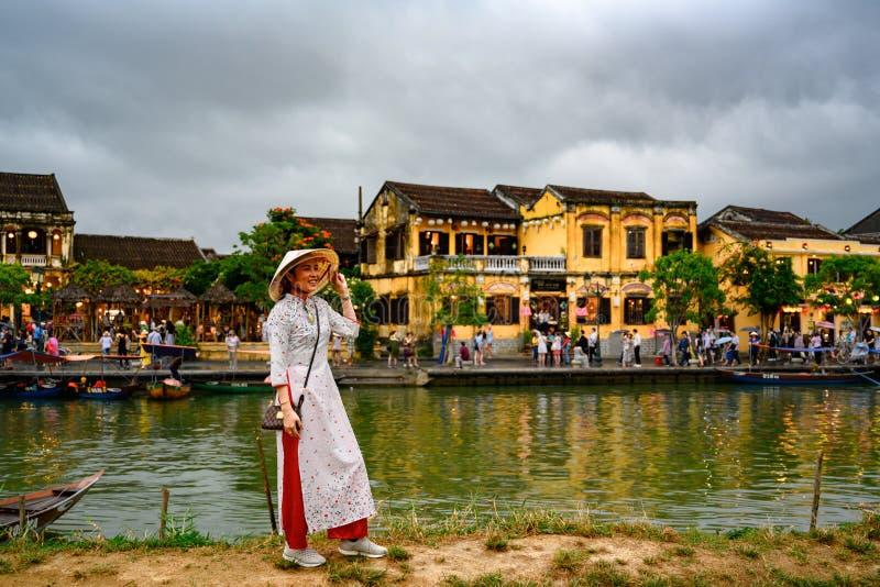 在运河的亚洲妇女照相在旅游目的地会安市,越南妇女在会安市,越南 免版税库存照片