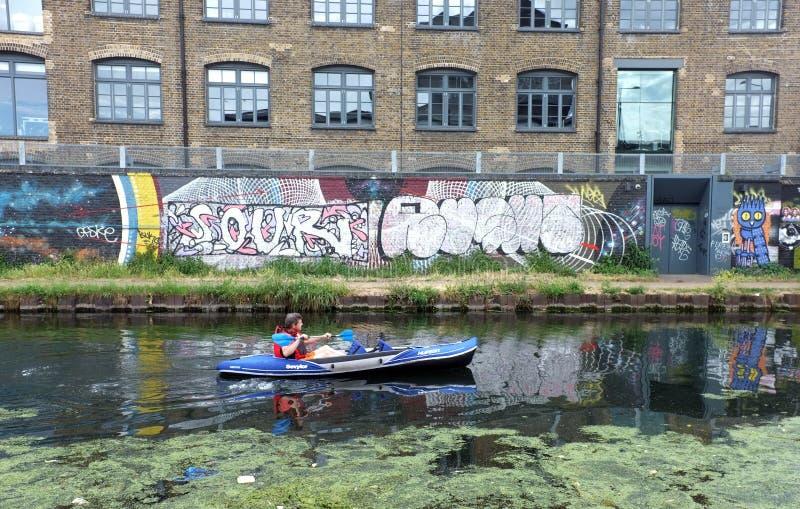 在运河的人划船 免版税图库摄影
