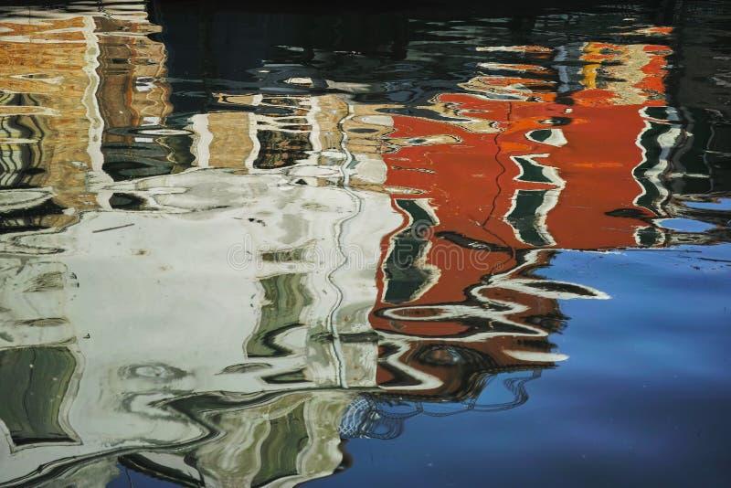 在运河的反射在威尼斯,意大利 库存图片