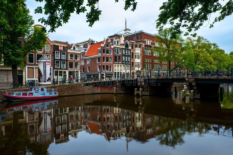 在运河的场面在阿姆斯特丹,荷兰 库存照片