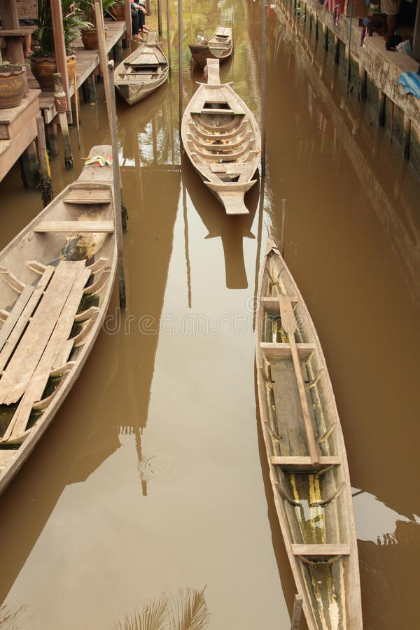 在运河的泰国传统木小船代表了传统生活方式 免版税库存照片