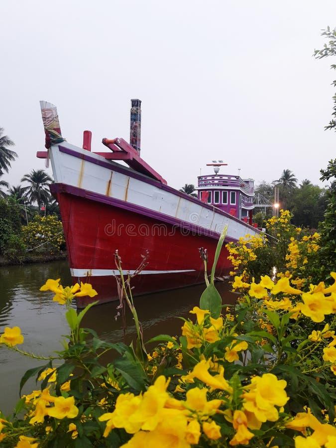 在运河的红色渔船 免版税库存照片