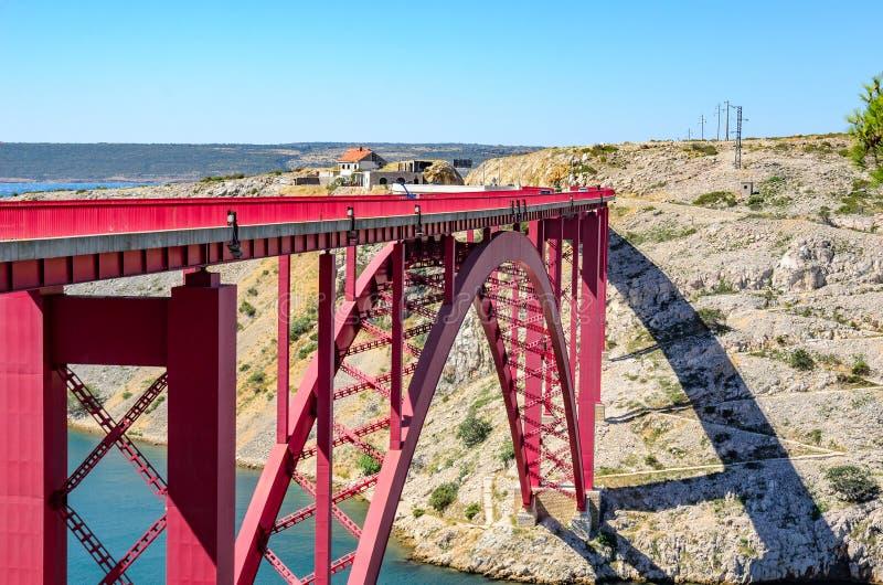 在运河的红色铁路桥梁 克罗地亚 图库摄影