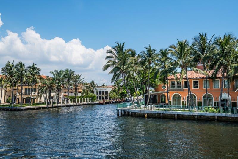 在运河的豪宅 免版税库存图片