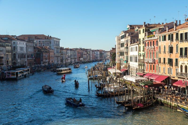 在运河的长平底船重创在威尼斯 免版税库存照片