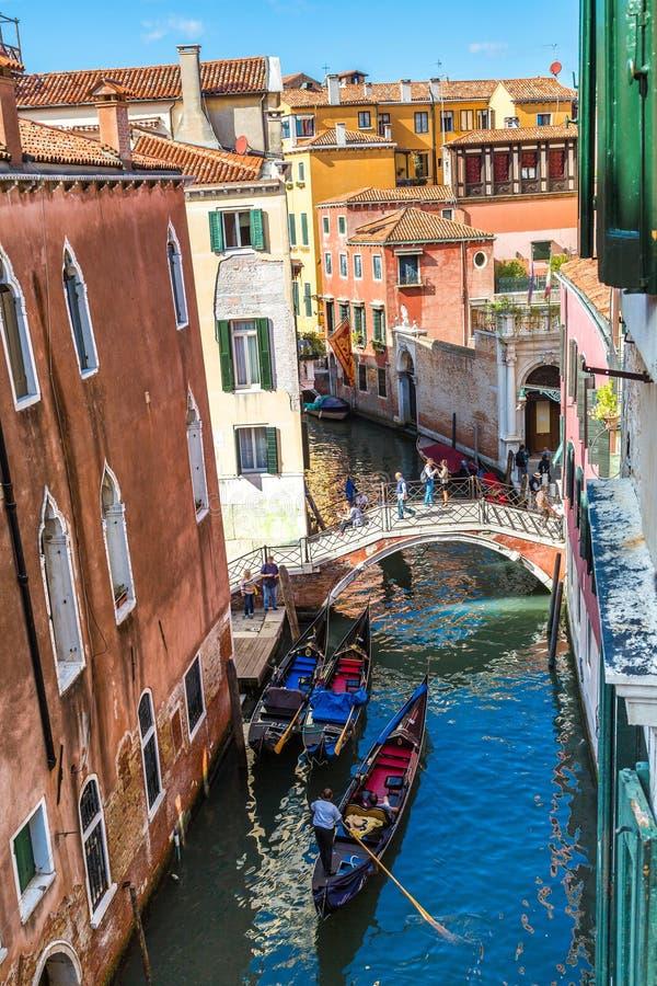 在运河的长平底船重创在威尼斯 库存照片