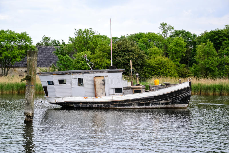 在运河的黑白游艇船锚 免版税库存照片