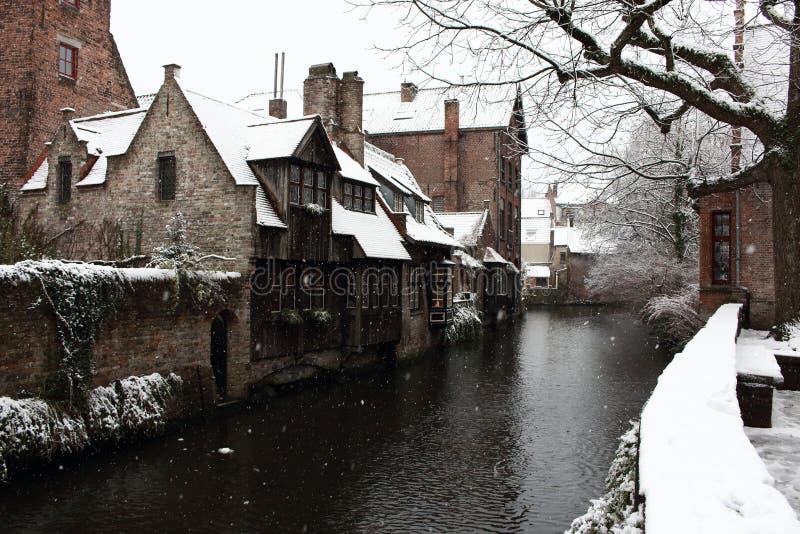 在运河街道的中世纪木和砖瓦房在布鲁日,比利时 老历史镇冬天风景在欧洲 免版税库存照片