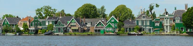 在运河附近的传统荷兰房子在夏日 Netherlan 免版税图库摄影
