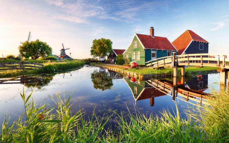 在运河附近的传统荷兰风车 荷兰, Landcape 免版税库存照片