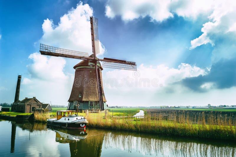 在运河附近的传统荷兰风车 免版税库存照片