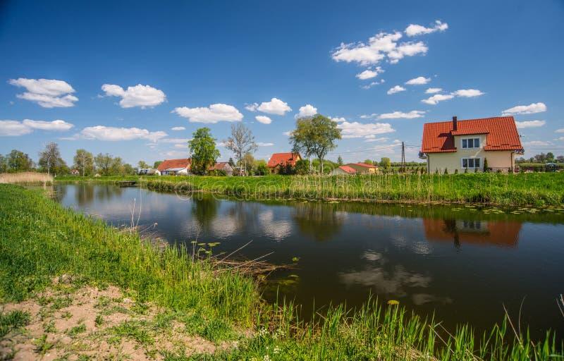 在运河附近的生存房子 库存照片