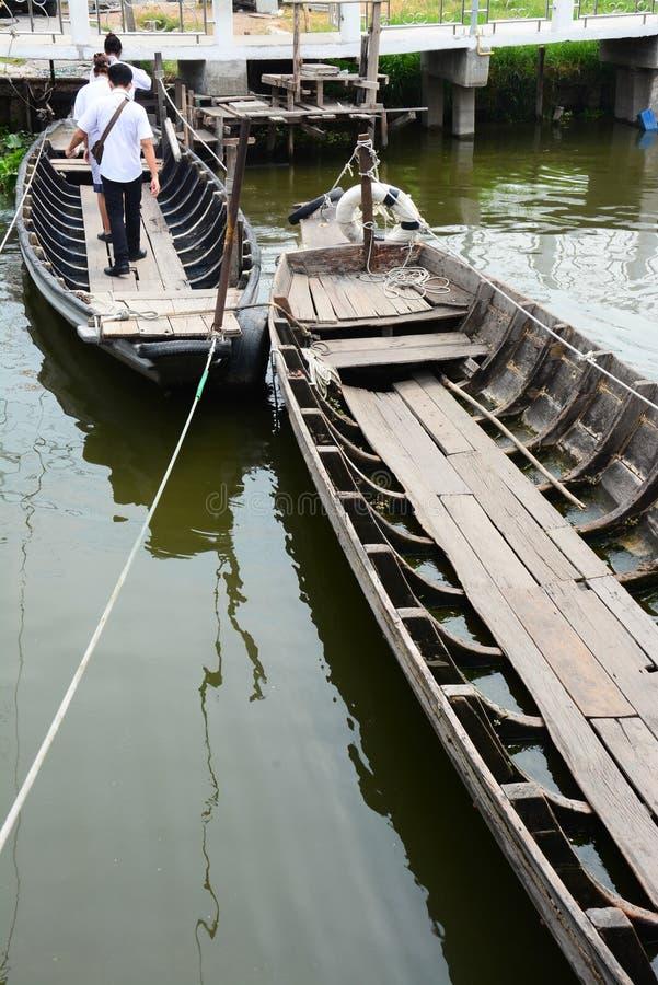 在运河,人在小船的步行十字架的小船向河岸 免版税库存图片