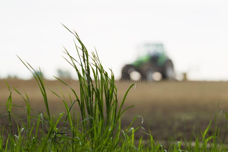 Download 在运转的拖拉机背景的绿草 库存图片. 图片 包括有 绿色, 灰色, 生态, 播种, 通信工具, 植物群, 时间 - 72361159