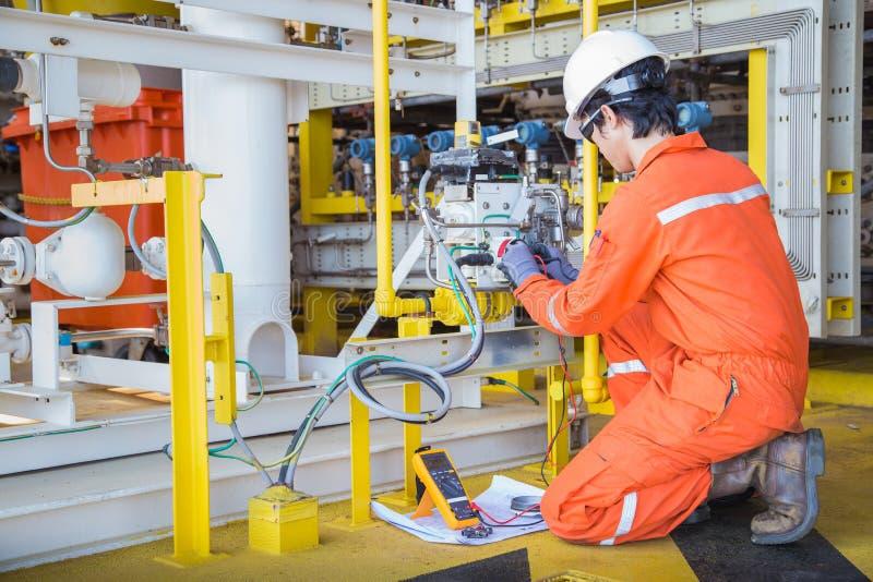 在近海处理平台的油和煤气的电子和仪器技术员维护电系统 库存照片
