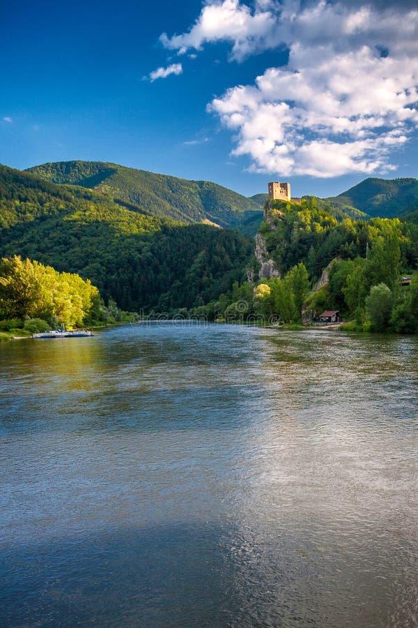 在近Vah河的中世纪城堡Strecno镇日利纳,Slov 免版税库存照片