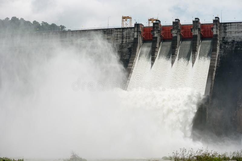 在这些水坝的溢出水通过溢洪道进入河 免版税库存照片