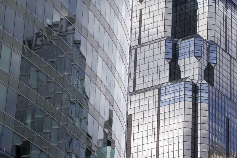 在这些街市坎萨斯城办公室摩天大楼的美好的Refletive玻璃表面 免版税库存图片
