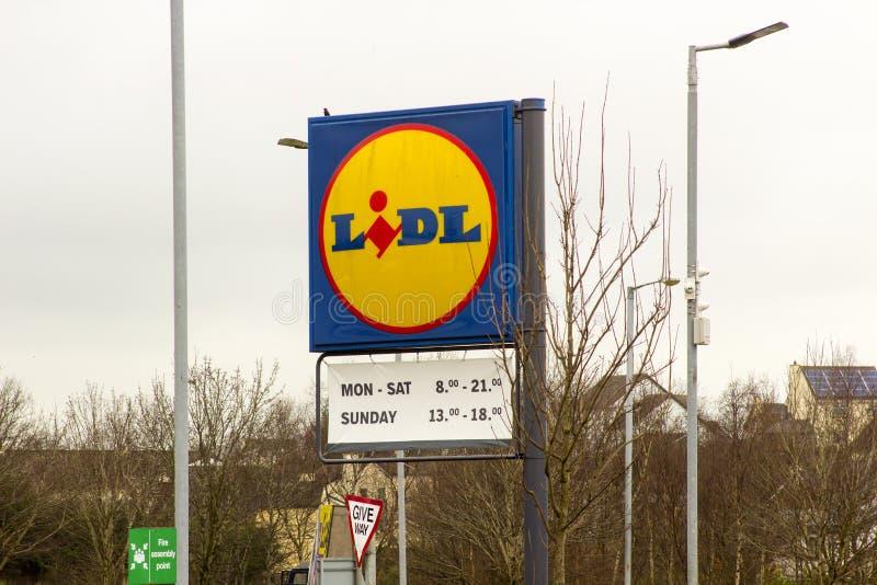 在这家国际连锁店之外分支的一个偶象LIDL标志在纽里北爱尔兰在一愚钝的天 库存照片