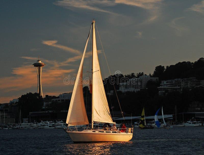 在这条风船风帆反映的落日  免版税库存照片