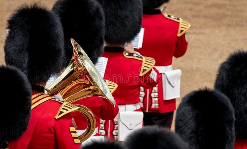 在进军的被集合的带颜色游行在骑马卫兵,有反射的伦敦英国,在喇叭 免版税库存图片