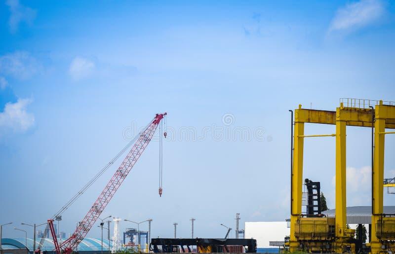 在进出口事务和后勤学的起重机和集装箱船在港口产业 免版税库存照片