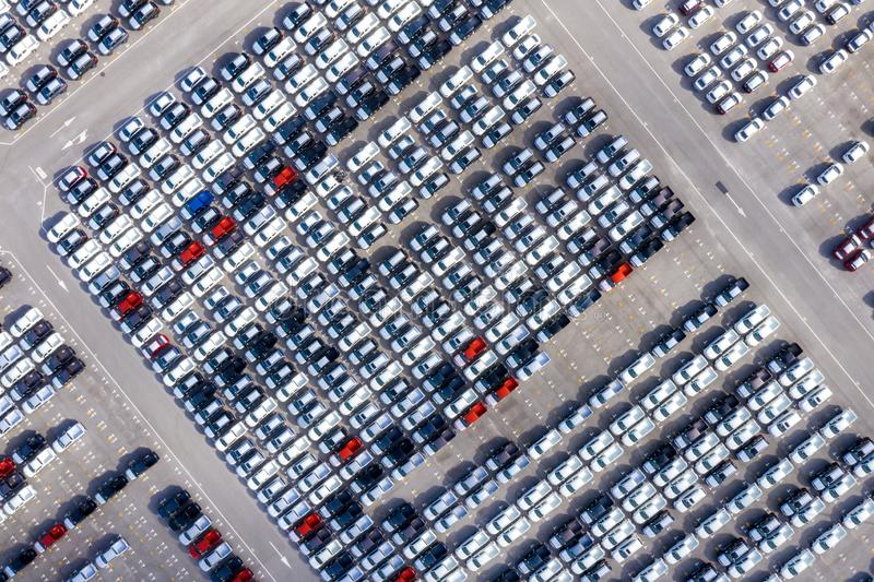 在进出口事务的口岸后勤和运输排队的空中顶视图新的汽车乘船在公海 ? 免版税库存照片
