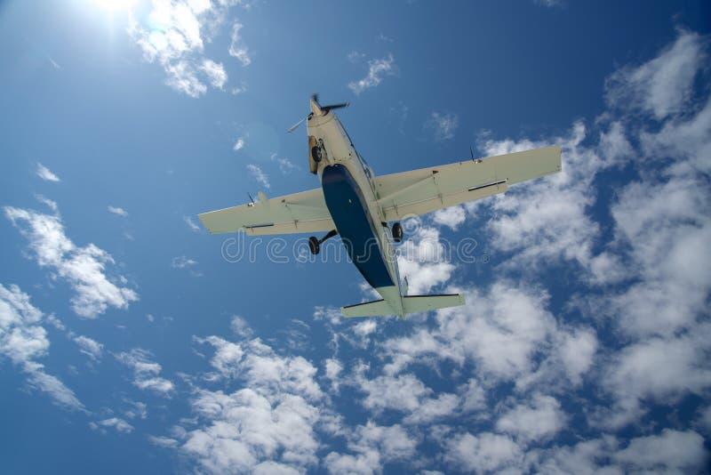 在进来为着陆的天空的飞机 免版税库存图片