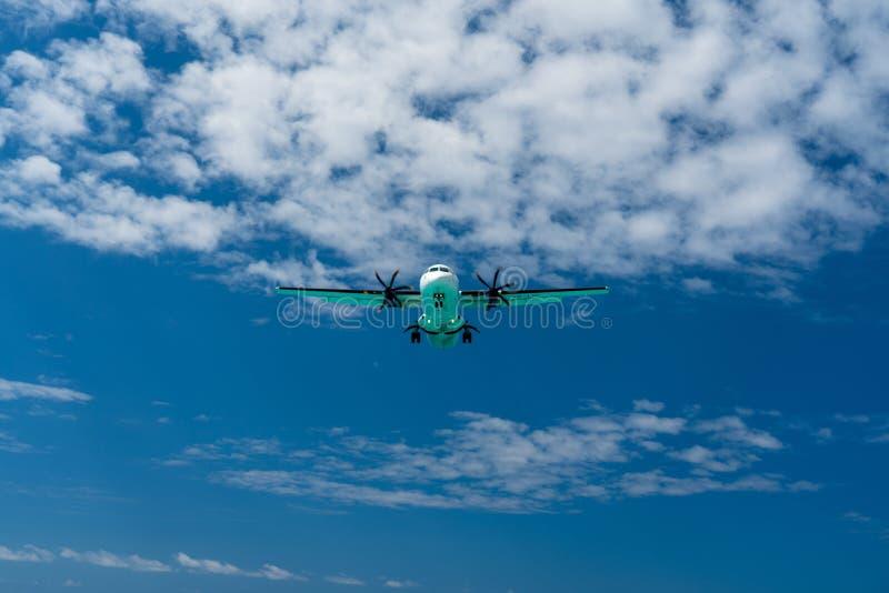 在进来为着陆的天空的飞机 库存图片