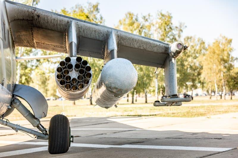 在进行一次军事示范的锻炼期间的军事直升机飞行 关闭视图 免版税库存照片