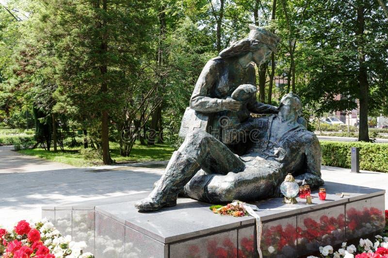 在进贡的雕象对波兰女兵 库存图片
