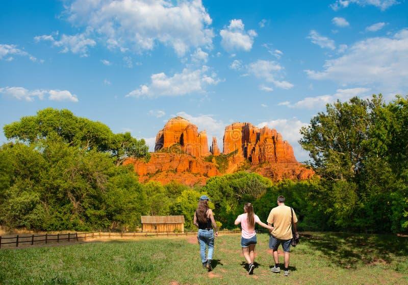 在远足旅行的家庭享受大教堂岩石的看法  免版税库存图片