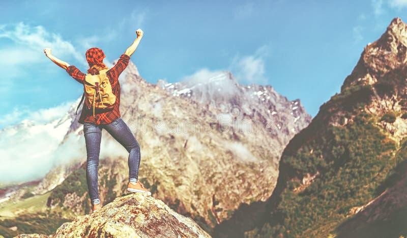 在远足期间,在山顶部的妇女游人在户外日落 免版税库存图片